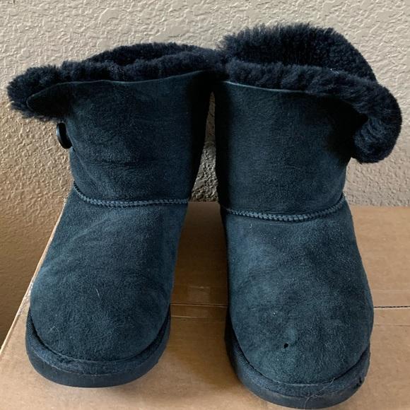 UGG Shoes   Womans Short Furry Black